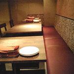 モツビストロ麦房家 - テーブル席