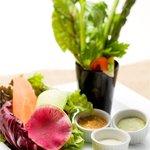 MLB Cafe Tokyo - 新鮮野菜を、わさび塩・味噌マヨネーズ・アンチョビソースの3種のソースでお楽しみ下さい。