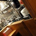 銀座 朧月 - 厨房でキビキビと働くスタッフ