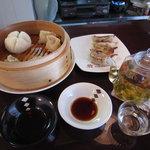 FUDAO - 飲茶セットの小龍包、焼き餃子、エビシューマイ、お茶です。