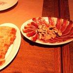 カ'ジーノ - 鴨の生ハムと胡桃の燻製 \800 パン \800