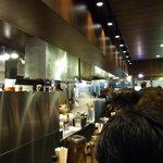 麺屋武蔵 武骨外伝 - 店内は狭く待っている人が客席直ぐ後ろに立つ