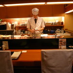 秋やま - カウンター席では、目の前で調理を行う様子が見ることができます。