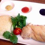 ファイブスター・カフェ - 海南鶏飯。ぷるぷるです。ソースももちろん自家製!