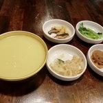韓国飲食店ドヤジ屋 - グラスマッコリ(済州みかんマッコリ)、おかずがつきます