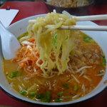 千成や - 麺は太めのちぢれ麺