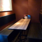 チョンハ食堂 - 広々としたグループ席。多少の人数でもゆったりと使える。