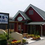 ミルクパレット - 赤い壁の緑のとんがり屋根♪おもちゃのようなかわいいお店です。