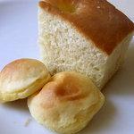 トラットリア パパミラノ - おかわり自由のパン