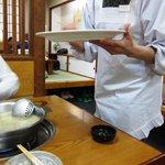 水たき 長野 - 仲居さんが慣れた手つきで鶏ミンチを団子にしていきます