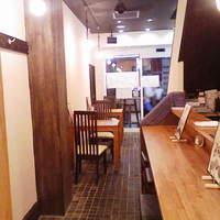 マナビアン - 1階席。カウンター5席、2名テーブル2つで4名。