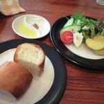 フェデリーニ - パンとサラダ