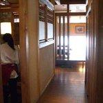 じゅうじゅう亭 - 店内の廊下(両側に個室があります)