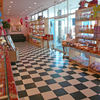 晴れの日 - 内観写真:広くなった店内の様子です。モノトーンのチェッカー模様の床がトレードマークです。