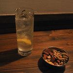 いるか喫茶バー - レモンスカッシュとミックスナッツ(400円と280円)