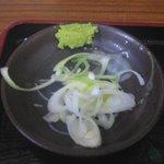 紅葉家 - 別皿で供される薬味のネギとワサビ