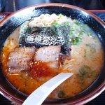 藤崎奈々子は豚骨ラーメン - 赤とんとん麺