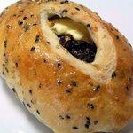 渦潮ベーカリー - レイズンチーズの胡麻パン