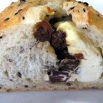 渦潮ベーカリー - レイズンチーズの胡麻パン切り口