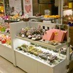 プティ・パトラン洋菓子店 - 焼き菓子の棚