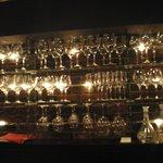 オルティージャ - ワイングラスがほのかな明かりで照らされてます