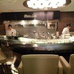 クイーンズ オイスター ハウス アザブ - カウンターに牡蠣が並ぶ
