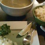 エル コマル メキシカンキッチン - 料理写真:ワハカ風チキンスープ(メキシカンライス付き)1,000円。鶏やわらかい。
