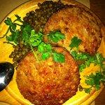 カ'ジーノ - レンズ豆とコテキーノ(巨大なソーセージのスライス?)のグリル