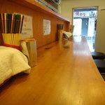 自家製太麺 ドカ盛 マッチョ - キレイですが狭いです。