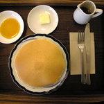 トラッドカフェ - パンケーキ400円。メイプルシロップ、バター、ジャムがついていました