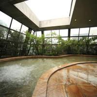 大正屋 - 大正屋大浴場『四季の湯』全面ガラス張りの半露天風呂。天井が自動開閉し室内の温度調整を行います。