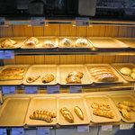 パオパオ - 小じんまりとした店内は天然酵母でじっくり作ったパンが並んでいます。