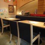麒麟園 - 店内2 テーブル席も綺麗
