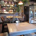 クッチーナ ベジターレ マルヨシ - テーブル4人掛け:1個、テーブル2人掛け:4個、カウンター:3+5席