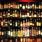 ラルゴ - カウンターに並ぶたくさんのお酒