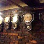 ロッジ赤石 - 壁にはたくさんの柱時計、なんで?