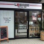 エスプレッソバー レガーレ - お店の概観です。 スタイリッシュな感じですね。 LEGARE Espresso BAR って、大きく書いてありますね。