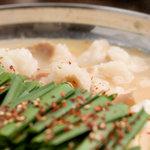中も津屋 - 数種類の味噌と鶏がら、野菜など20種類以上の食材をベースに、豆乳、牛乳などを加えた当店自慢のスープ。