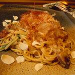 士心 サムライカフェ&バー - 鰹の叩き塩焼きそば。鰹の叩きを漬けにして水菜と絡めた塩焼きそば。