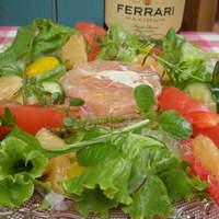 ナチュラルクイーン - イタリア産プロシュートとポーチドエッグのテリーヌ~フレッシュハーブと中村さん家の新鮮野菜サラダ~