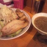 自家製太麺 ドカ盛 マッチョ - つけそば並 肉主体の構図