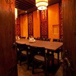 西安刀削麺酒楼 - 重厚な扉の先に現れる西安宮廷的完全個室。(15~16名様)