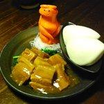 PISTE - ヒロシ自慢のやわらか角煮・蒸しパン付き(680円)