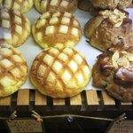 秀のパン工房 窯 - ショーケース、カリカリのメロンパンも美味い♡