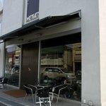 泉北堂 - お店の概観です。 パン屋さんと、cafeを併設しているお店なんですね。 通りにも、テーブルと椅子がセッティングされていますね。