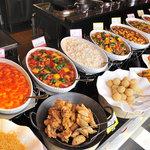 四川飯店 - 目にも鮮やかで食欲をそそる出来立て料理が並びます