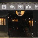 うどん本陣 山田家 本店 - 山田屋さんの入口です。 写真の白い丸は雨です。 19時50分頃だったので当然夜モードです。 ここは、おもむきがありました。 元々は酒蔵だったみたいですね。 それを改装してうどん屋さんにしたそうです。