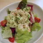 イタリア食堂 バール エノテカ - 海老とアボカードのサラダ