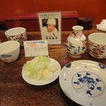 八兵衛 - 写真入りの紹介と一皿の薬味二人分と天ぷらの取り皿一枚