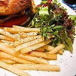 グロリアス チェーン カフェ - フライドポテトとサラダ